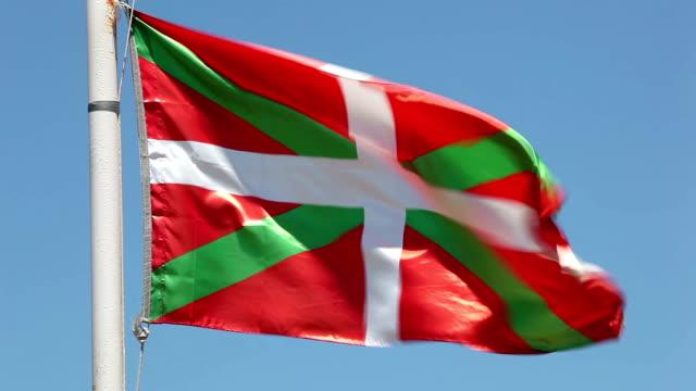 vídeos de stock, filmes e b-roll de bandeira do país basco, espanha - insígnia