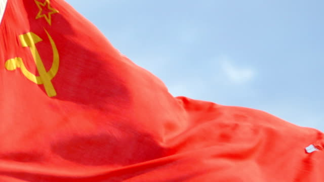 flagge der udssr in den wind gegen den himmel - kommunismus stock-videos und b-roll-filmmaterial