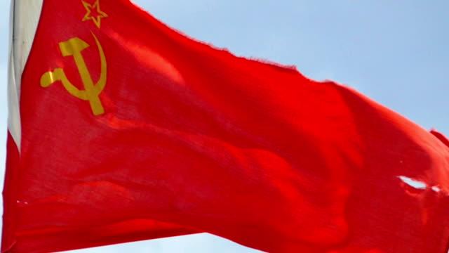 flagge der udssr in den wind gegen den himmel (zeitlupe) - kommunismus stock-videos und b-roll-filmmaterial
