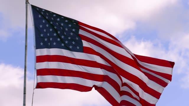 usa flag on flagpole, super slow motion video shot - bandiera degli stati uniti video stock e b–roll