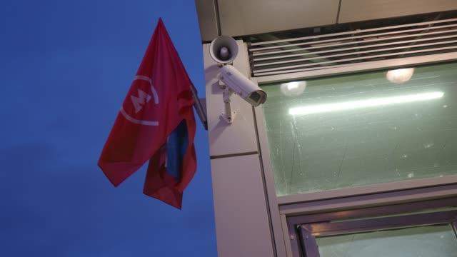metro girişinin üzerindeki bayraklar - moscow metro stok videoları ve detay görüntü çekimi