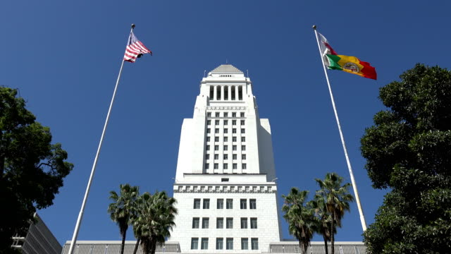 vídeos de stock, filmes e b-roll de bandeiras no los angeles city hall - política e governo