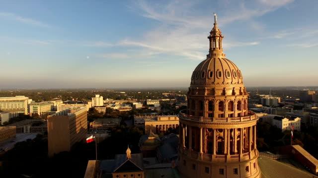 flags fly dämmerung austin texas capital building bewegung - kapitell stock-videos und b-roll-filmmaterial