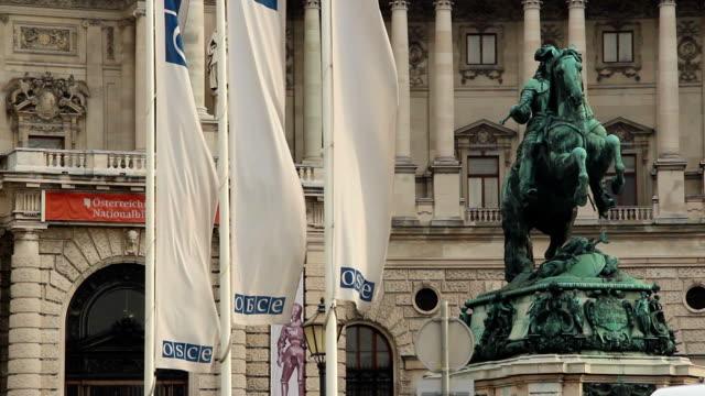 vídeos de stock, filmes e b-roll de osce flags sede em viena, áustria, a europa segurança. bela foto da europa, cultura e paisagens. viajando de passeios turísticos, vistas de marcos da áustria. world travel, no oeste europeu viagem a paisagem urbana, foto ao ar livre - característica arquitetônica