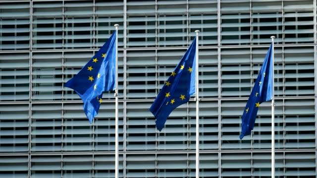 europäische union flaggen vor der europäischen kommission - europäische union stock-videos und b-roll-filmmaterial