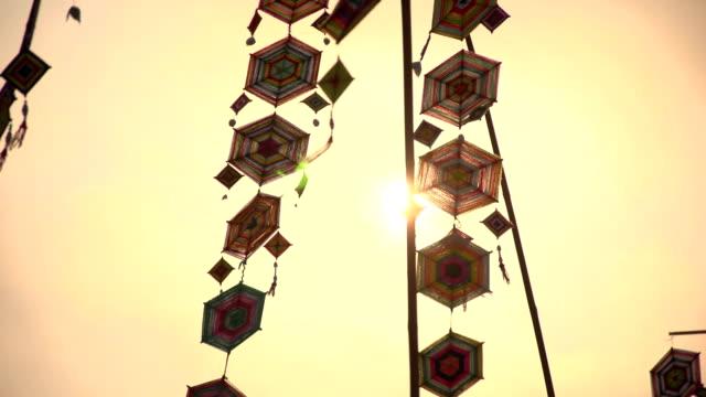 flaggen im norden thailands. - dekorative kunst stock-videos und b-roll-filmmaterial
