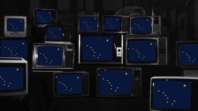vídeos y material grabado en eventos de stock de banderas de alaska y televisores retro. - estrella del norte