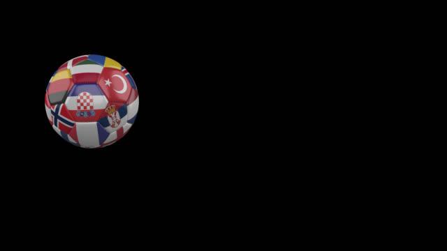 vídeos de stock, filmes e b-roll de bandeiras do euro 3 em bola de futebol voadora lenta em fundo transparente, canal alfa - futebol internacional