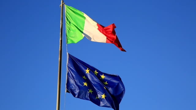 flags of italy and europe - simbolo dell'euro video stock e b–roll