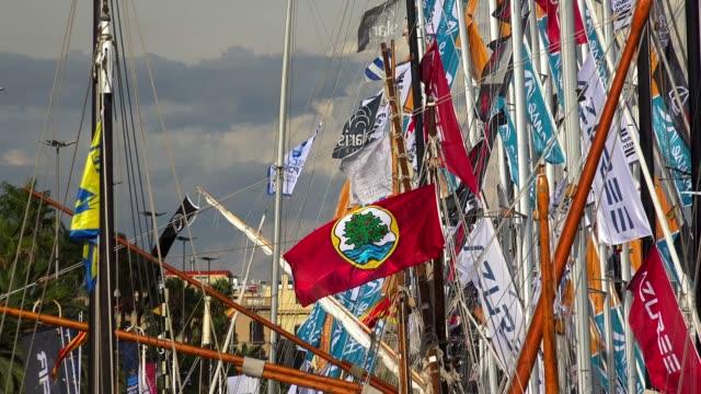 vídeos de stock, filmes e b-roll de bandeiras no iate, o mastro do navio. 4k. - marina
