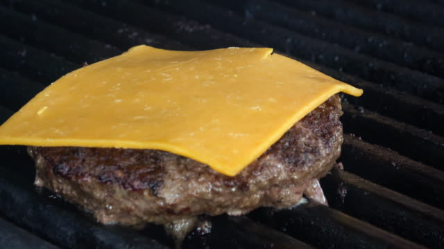 Flamme gegrillt Cheeseburger – Video