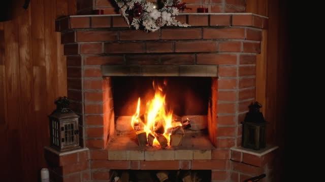 tuğla ev noel şömine yangın alev. - şömine odunu stok videoları ve detay görüntü çekimi