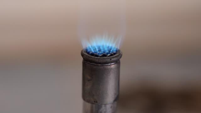 flame on bunsen burnners - bunsen beki stok videoları ve detay görüntü çekimi