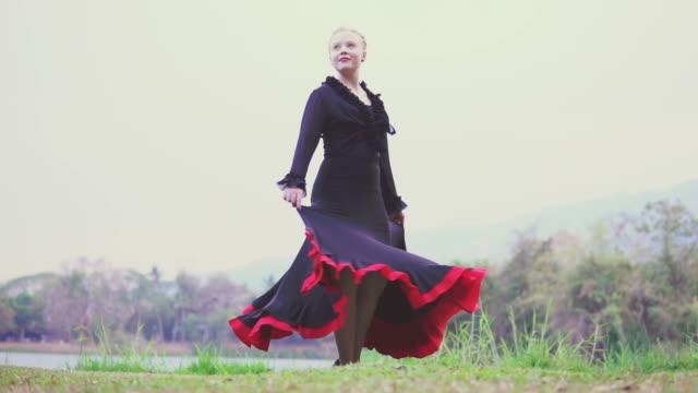 vídeos de stock, filmes e b-roll de dançarina de flamenco, realizando no jardim - arte, cultura e espetáculo