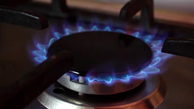 vídeos de stock e filmes b-roll de flames in stove burner - cooker happy