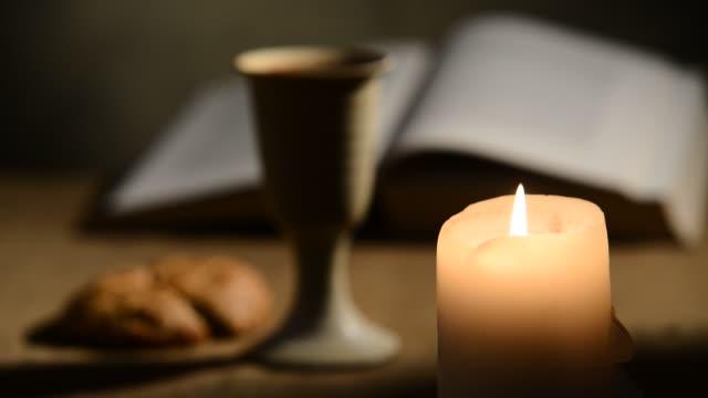 불타는 촛불과 와인 랙 초점의 성배 - 찰리스 스톡 비디오 및 b-롤 화면