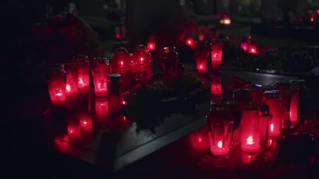 ds flammande ljus på kyrkogården - ljus på grav bildbanksvideor och videomaterial från bakom kulisserna