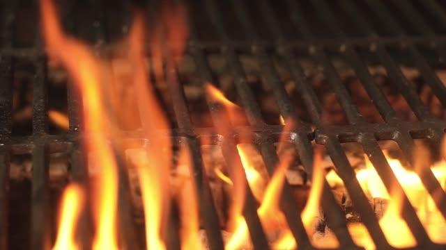 vidéos et rushes de gril de charbon de bois flamboyant - barbecue