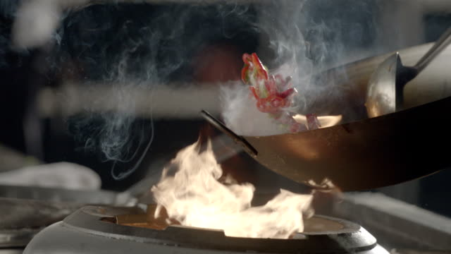 stockvideo's en b-roll-footage met flaming stir fry, slow motion - vis en zeevruchten