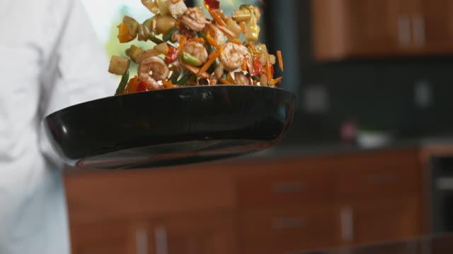 vídeos de stock e filmes b-roll de flaming stir-fry in super slow motion - utensílio