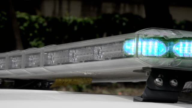 blinkande emergency siren på undsättning lastbil - ultra high definition television bildbanksvideor och videomaterial från bakom kulisserna