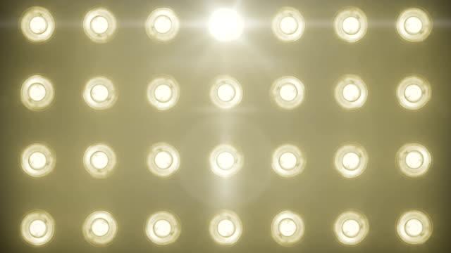 blinkande glänsande gul varm guld scenen lyser rörelse underhållning, spotlight projektorer i mörka, varma mjuka ljus spotlight strejken på svart bakgrund - dansbana bildbanksvideor och videomaterial från bakom kulisserna