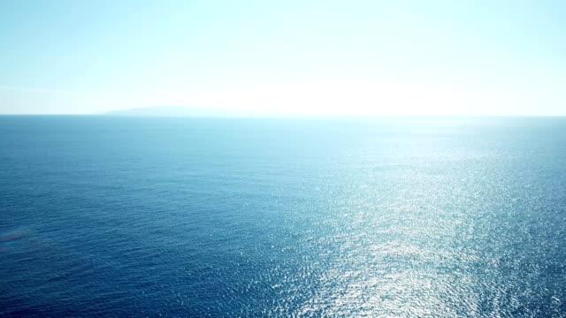 stockvideo's en b-roll-footage met duidelijk plat horizon blauw mousserende waterbeheersing in pacific - ocean under water