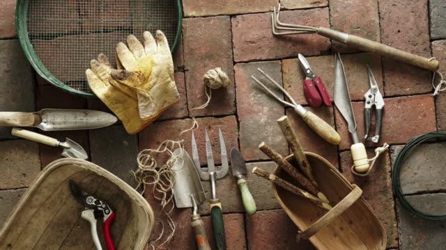 vidéos et rushes de outils de jardin plats - botanique