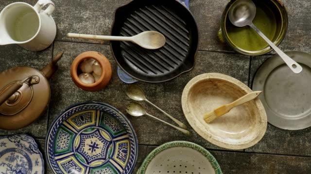 flat lay rustic cookware - łyżka sztućce filmów i materiałów b-roll
