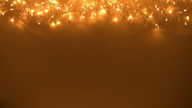 wohnung lag mit weihnachtsbeleuchtung auf dunklem hintergrund - girlande dekoration stock-videos und b-roll-filmmaterial