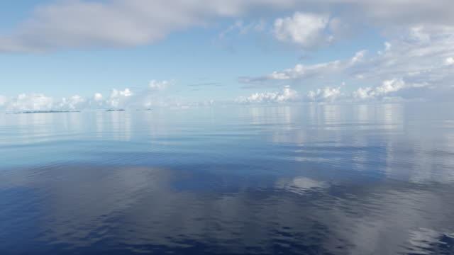 vídeos y material grabado en eventos de stock de superficie del mar plana en día soleado - micronesia