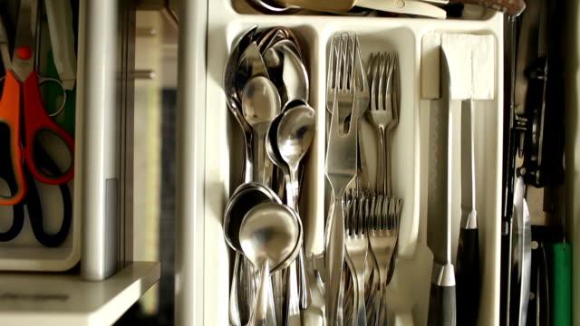 vídeos y material grabado en eventos de stock de cajón de cubiertos platos y cubiertos - cuchillo cubertería