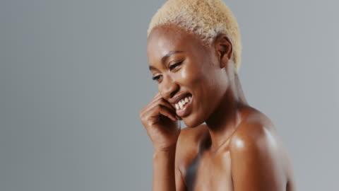 vídeos y material grabado en eventos de stock de piel impecablemente suave, ¿qué más podrías querer? - feminidad