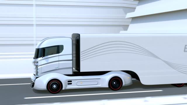 Eine Flotte von autonomen Lkw auf Autobahn – Video