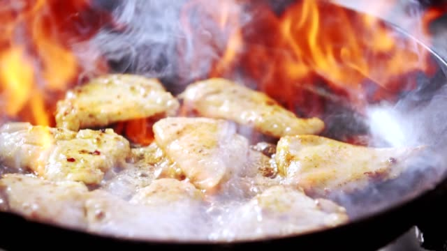 flembe cooking meat dish - сковорода стоковые видео и кадры b-roll