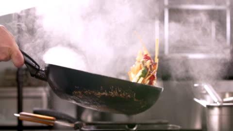 vídeos de stock e filmes b-roll de flembe cooking vegetables - food