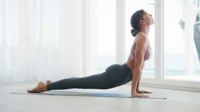 vídeos de stock e filmes b-roll de flexibility is crucial to fitness - treino em casa