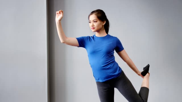 flexibel aktive junge asiatische frau mit perfekter dehnung zeigt yoga-pose - anmut stock-videos und b-roll-filmmaterial