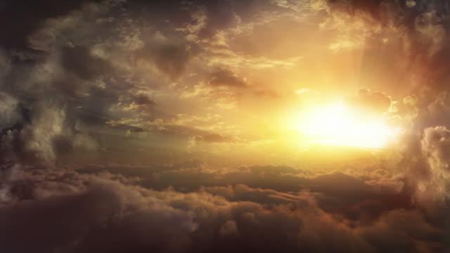 vídeos de stock, filmes e b-roll de voo acima de nuvens no pôr do sol - céu tempestuoso