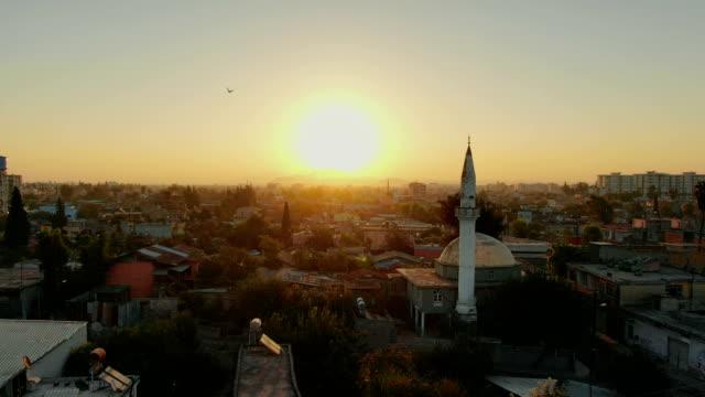 flyg över muslimska staden med moské minaret och bostadshus. - moské bildbanksvideor och videomaterial från bakom kulisserna