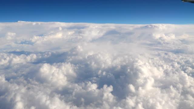 vídeos de stock e filmes b-roll de flight above the clouds in 4k - above the clouds