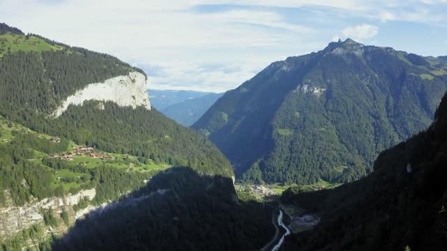 flyg ovanför lauterbrunnen-dalen i schweiziska alperna - wengen bildbanksvideor och videomaterial från bakom kulisserna