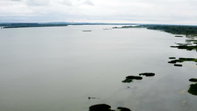 büyük bir nehir kıyısı boyunca uçuş - sale stok videoları ve detay görüntü çekimi