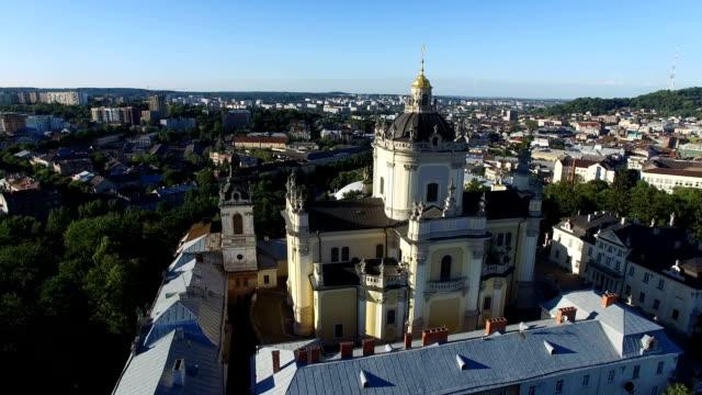 aerial flug rund um die alte kirche in lemberg. fullhd - litauen stock-videos und b-roll-filmmaterial