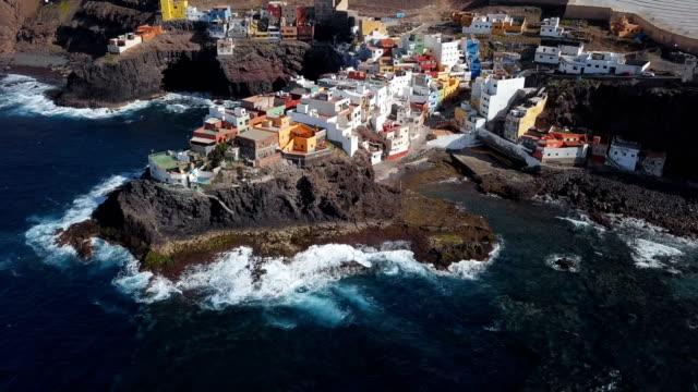 flyg runt av lilla clifftop byn la caleta de arriba, gran canaria, kanarie öarna, spanien. - spain solar bildbanksvideor och videomaterial från bakom kulisserna
