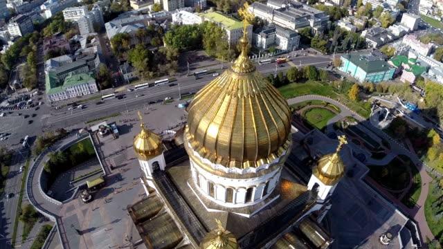 flyg runt i katedralen kristus frälsaren mot bakgrund av staden moskva ryssland - röda torget bildbanksvideor och videomaterial från bakom kulisserna