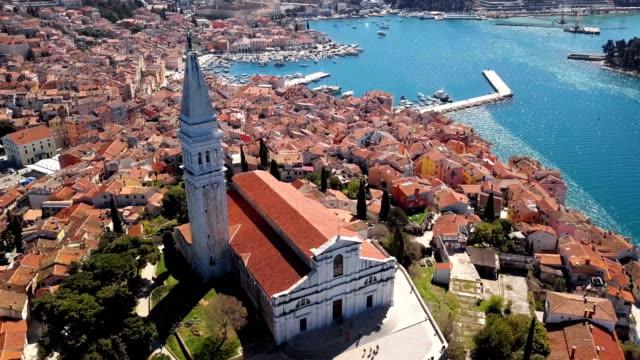 flight around of the church of st. euphemia, rovinj, istria, croatia - хорватия стоковые видео и кадры b-roll