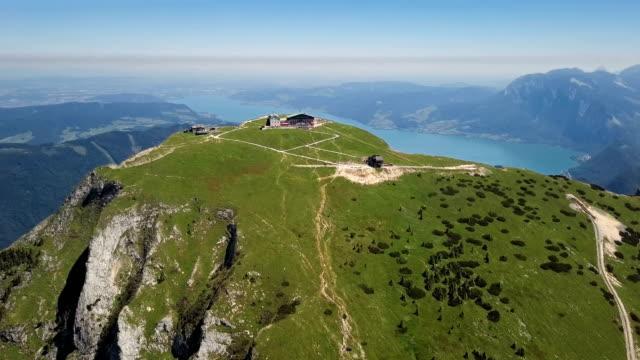 vídeos y material grabado en eventos de stock de vuelo alrededor de schafberg cumbre en salzkammergut, austria septentrional. - austria