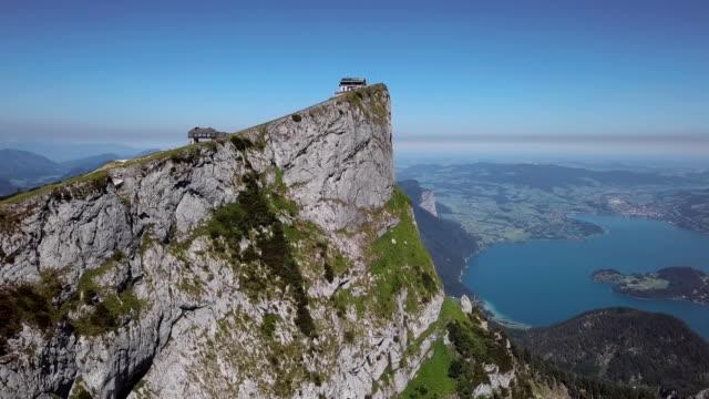 vídeos de stock, filmes e b-roll de voo ao redor schafberg cimeira em salzkammergut, áustria. - áustria
