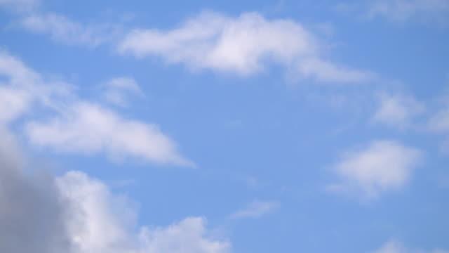 vídeos de stock, filmes e b-roll de vôo nas nuvens em 4k câmera lenta 30fps - cúmulo